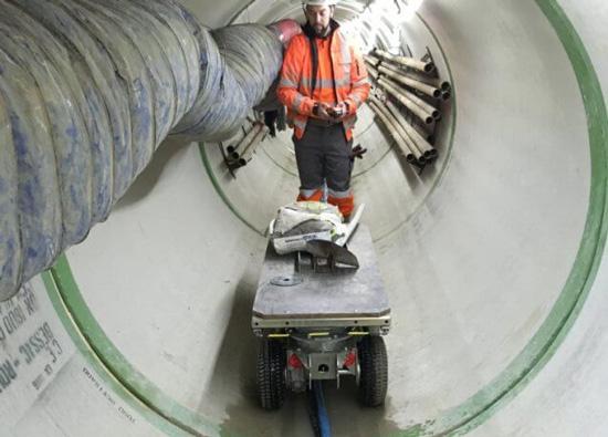 Chariot de manutention électrique dans un tunnel